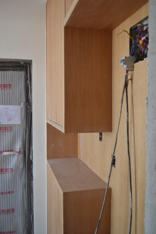 进入屋中,门口精致的整体鞋柜,夺眶而入 实木板经自然光线而散发出的厚实感,不经感叹:耐用的货!