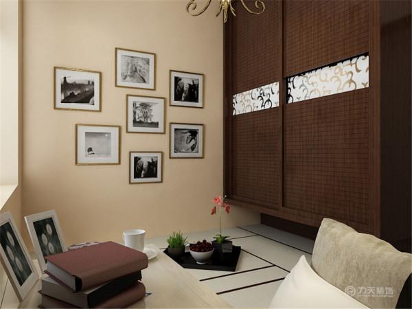 墙面还运用家庭照片集,是暖色的灯光下用餐,还可以看着照片中那一段段的美好时光,更符合现代人的审美品位。