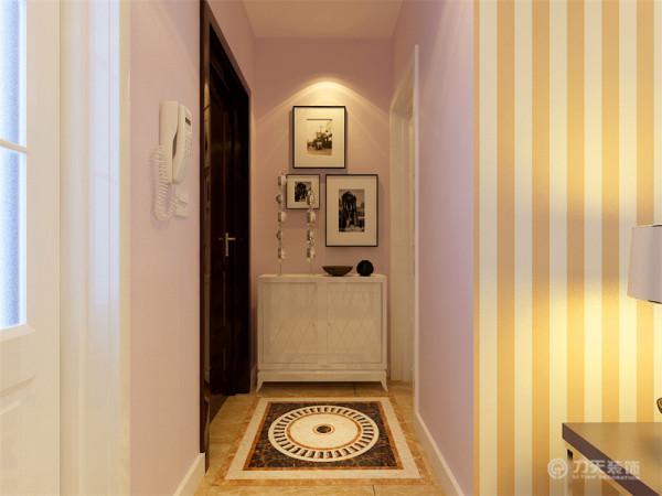 入户过道通过照片墙和边柜给人眼前一亮的感觉,让人感觉特别温馨。