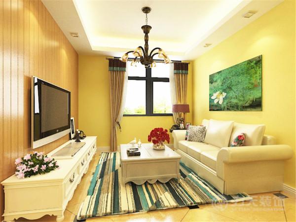 客餐厅区域墙壁涂了黄色的乳胶漆,沙发和茶几选择了白色,整体感觉田园气息较浓厚,电视背景墙采用了木板作为装饰,茶几上的花朵起到了画龙点睛的作用。