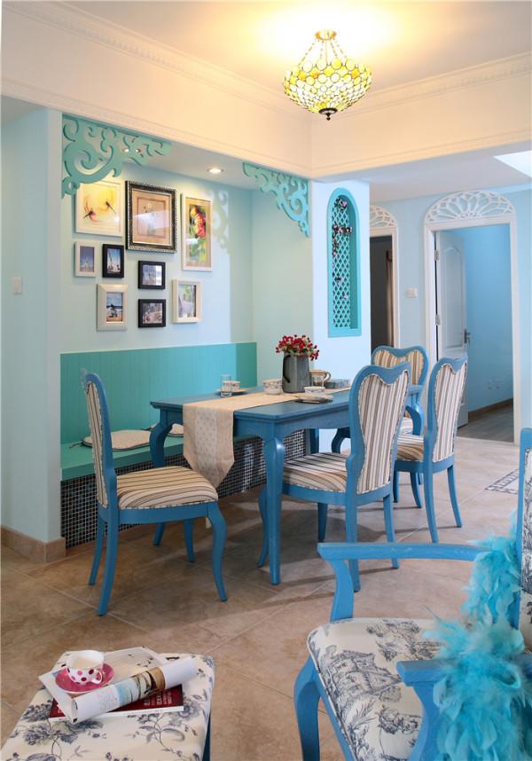 在地中海的家居中,装饰是必不可少的一个元素,一些装饰品最好是以自然的元素为主,比如一个实用的藤桌,藤椅,或者是放在阳台上的吊蓝,还可以加入一些红瓦和窑制品,带着一种古朴的味道,