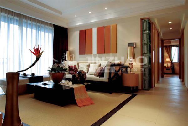 【设计说明】:本案主要采用实木原色及软装配饰来烘托东南亚风格的舒适、自然。