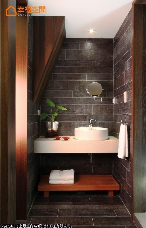 不需费心维护的木纹砖区分出洗手台范围,解决用水空间的清洁疑虑。