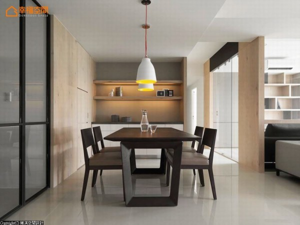 选择带有北欧设计的餐桌椅与灯具,干净、简约让一切回到生活的原始纯粹。