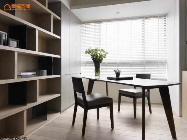 使用活动式的家具,可机能式的转换空间属性;开放式书柜则使用木层板及黑玻质材,交迭出丰富的空间表情。