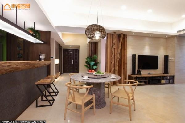 考虑少油烟的烹煮习惯,拆除厨房实墙改以吧台界定。台面材质选择厚实原木,在吧台下规划丰富的收纳空间,方便收放小型厨房家电。