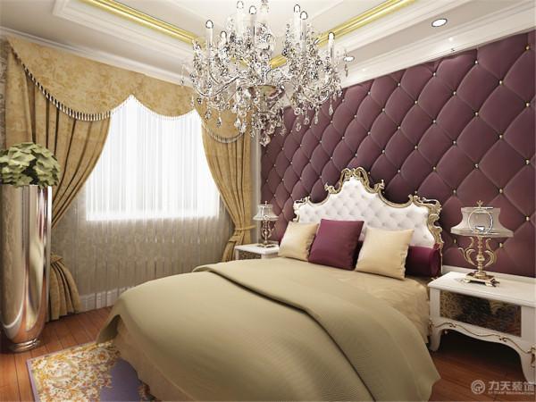床头是紫色的软包,高贵而浪漫。极具欧式特色的床配以白色的床头柜,将高贵的气质凸显的淋漓尽致。地面采用木地板,脚感好又实用。