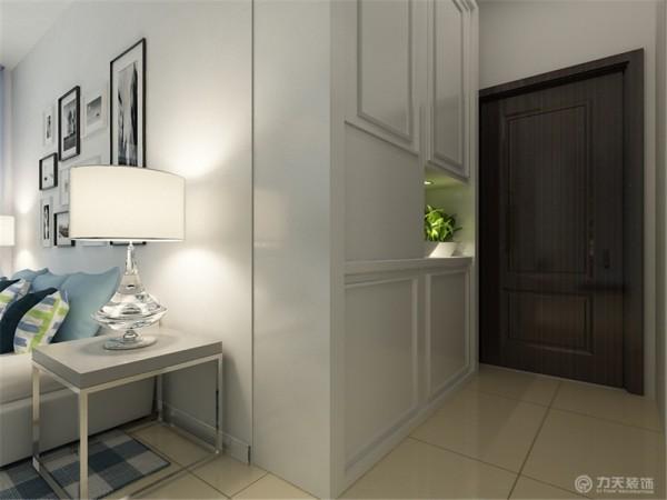 窗帘采用的是淡蓝色,清新、唯美。地面铺贴地砖,实用美观。玄关处摆放着一组白色的鞋柜,利于存放物品,方便实用。