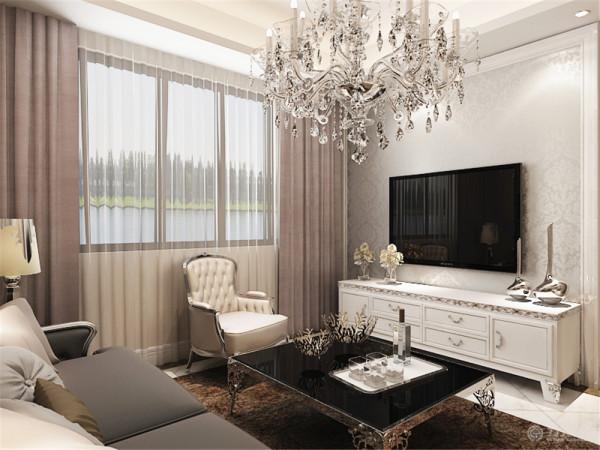 客厅,由上往下看,顶部采用回字形吊顶加灯带装饰,中间是水晶大吊灯,凸出了欧式美感,彰显大气高贵的气质