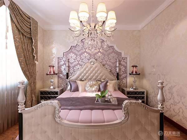 客厅背景墙是由石膏板、茶镜和壁纸组成,最里面是带有欧式风格的反光壁纸,用石膏板圈边,外面是茶镜,是空间稍显明亮,因为客厅空间较大,就在靠近窗户的位置休闲桌椅,厨房做了一排柜子,空间很好的归纳