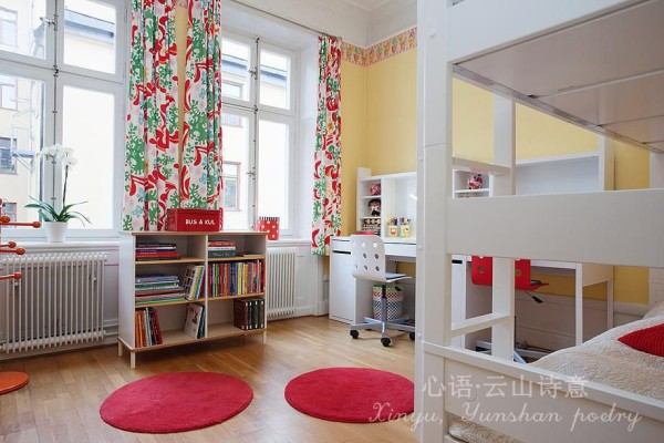 儿童房充满可爱的色彩和图案。大红色、青绿色、淡黄色,可爱之余更显活泼。