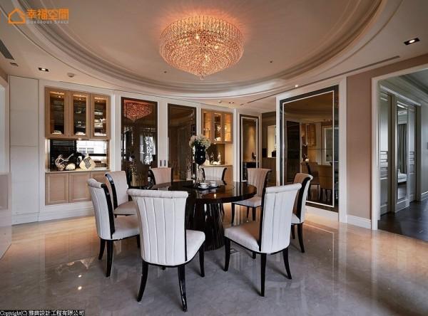 雅典设计延伸家徽图腾,采用喷砂茶镜作橱窗拉门,不只完美修饰客用卫浴入口,也加深家族聚会的隆重感。