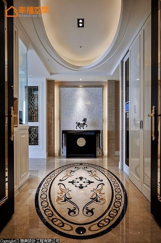 端景以V型斜角的石材与贝壳板,打造光彩耀眼的迎宾意象。鞋柜门片使用晶亮水钻,细致贴出哥德体家徽,呈现饭店接待大厅的气派质感。