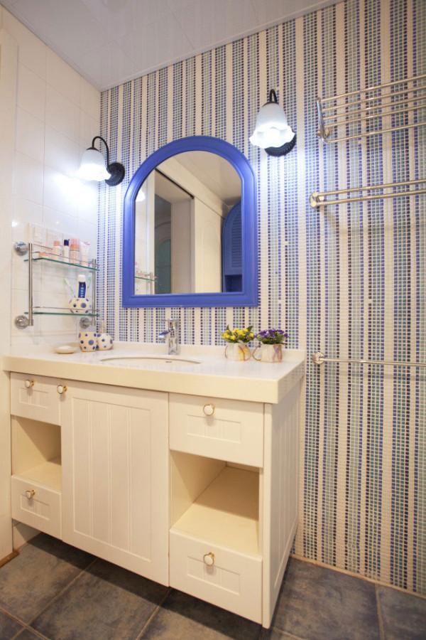 马赛克瓷砖为厕所增添了几分海的味道。