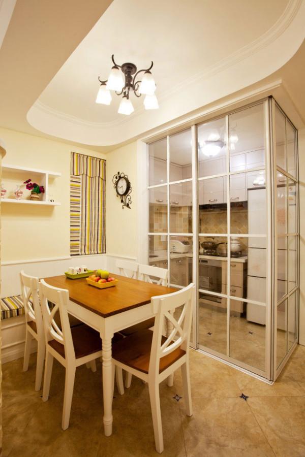 将厨房整体放置于拐角处,大大的提高了空间利用率。且透明推拉门隔断设计,不同于中式的独立厨房设置,也不同于开放式厨房,有效的解决了油烟问题,也提高了视觉体验感。