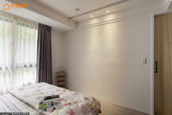 手刮珪藻土线条墙面,在造型设计外兼具健康考虑.