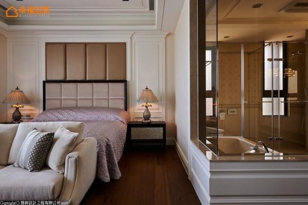 结合穿透式设计思维,卫浴隔间局部采用玻璃角窗,在浴缸泡澡还能一边观赏电视节目,非常享受。