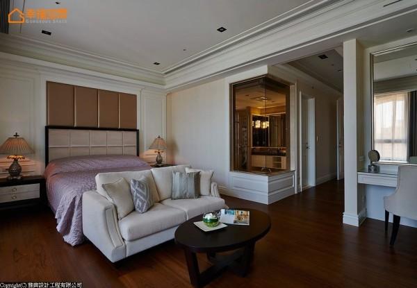 房内规划有玄关、男女主人独立衣帽间、卫浴、小客厅与睡眠区,完全比照精品饭店规格。