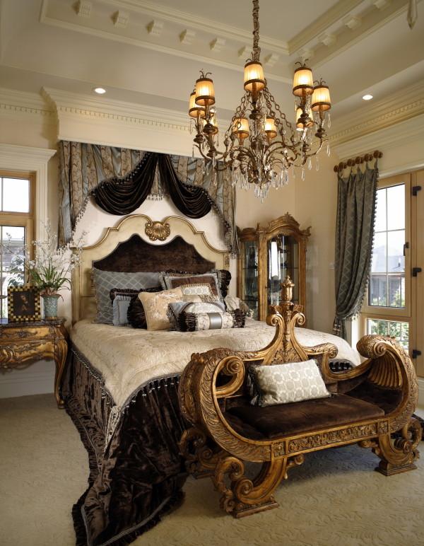 主卧床 法式风格家居生活,体现法式浪漫之地,法国装饰艺术风格最集中体现在家具的设计方面,要特征在于布局上突出轴线的对称,恢宏的气势,高贵典雅。细节处理上注重雕花、线条,制作工艺精细考究。
