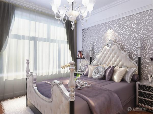 """东壹区这次的设计风格定义为""""简欧风格""""。气派和实用是简欧风格的基本特点。简欧风格已经大行其道几年了,仍然保持很猛的势头。这次的简欧风格主要是以中色家具香芋色沙发,暖色调为主。"""