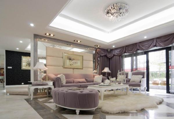 设计师在简欧风格上加上美式的家居配饰习惯,配饰上选择相对奢华系列,区别于传统美式简欧的自然,随行,健康的特点。白色的主色将整个家居打造得宛若冰雪世界,淡淡地粉色系加以点缀,仿佛一个美丽的童话世界;