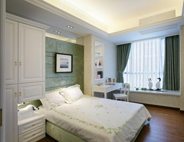 浪漫的粉红色,新鲜的黄绿色都是不错的颜色,加上朴素高雅的装修,能够把全部空间都变得纯洁新鲜。落地百叶窗、白色家私,小碎花布艺都是田园个性的首要元素