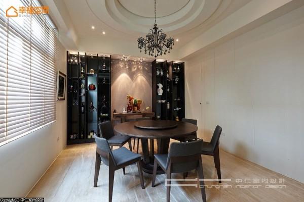 圆桌气象是屋主期待的用餐场景,搭配入同形天花设计,透过独立性安排调和着整体风格布局。