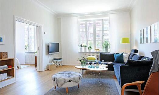 风格要素:设计感强的茶几 北欧风格的另一个特征就是设计无处不在。在客厅中央的那一个不规则形的茶几就是这件简约客厅的点睛之笔。无论是台面的设计还是下面桌角的设计,都是独具匠心
