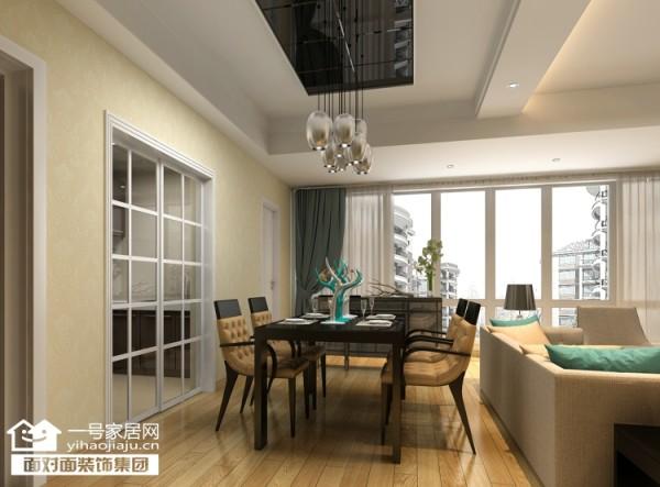 客厅整体的落地窗,对房间的采光以及空间的通透进行了很大的改善。