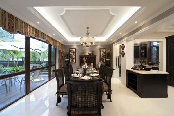 餐厅主要以黑白为主,家具与吊顶的搭配满足了中式与欧式的相结合