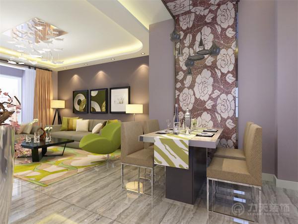 餐厅区域墙面以L型的深色花纹马赛克的装饰为主,是整个空间的一个设计亮点,顶上的几个小吊灯也使得空间格外有情趣,右边的浅木色衣帽柜为业主特别要求定制的