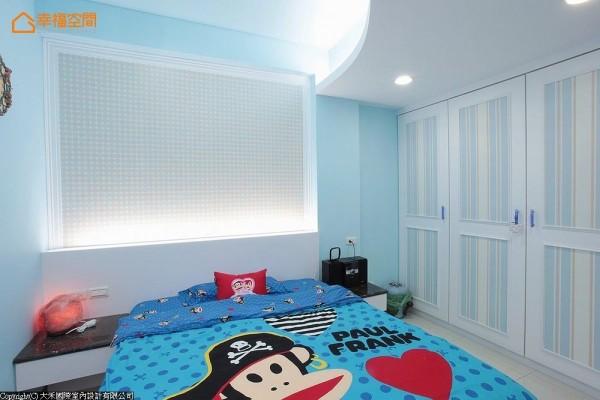 天花与床头都配置间接灯光,衣柜以直向线条壁纸营造清爽利落的空间感受。