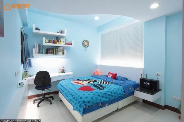 以清爽的水蓝色作为男孩房色调,同样配置阅读机能,沿墙还有玩偶的展示台。