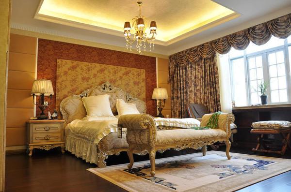 主卧陈列着成套欧式风格家具,床凳、床头柜、床具都采用弧纹镂花饰型,布面着以米白色和复古花纹,凸显出欧式贵族般的优雅从容。