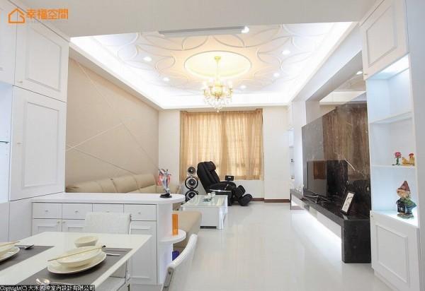 延着柱体、梁体位置规划的收纳矮柜,划出一个「框」,对比客厅高度与装饰的奢华气势。