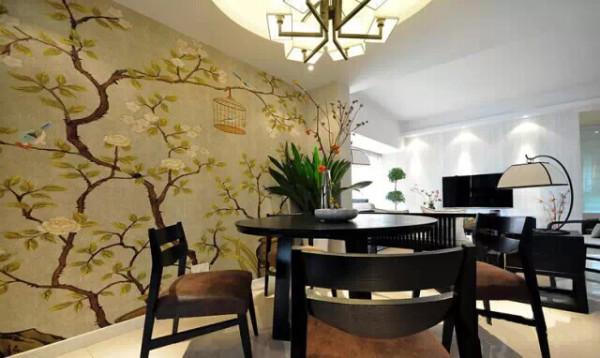 餐厅是圆桌,餐厅背景是整幅画的墙布