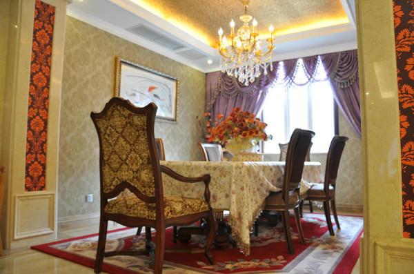餐厅,典雅墙纸铺满四壁,红绒地毯上繁花静开,再加上颇具仪式感的方形餐桌,端庄、高贵的气息在此处晕染开来。