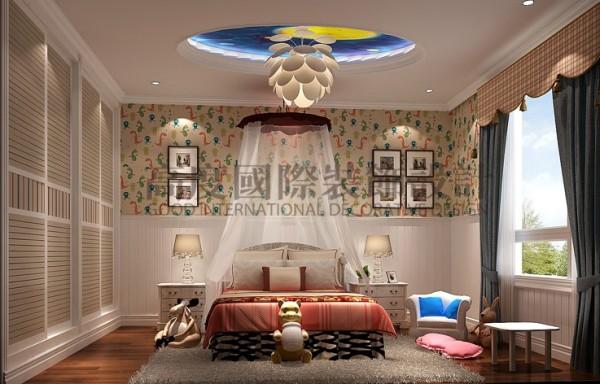 床头墙上小动物花纹的壁纸、宛若莲花一般的乳白色吊灯、微微飘动的帷幔、各式可爱的娃娃……犹如童话般的空间,让孩子的童年满是趣味。