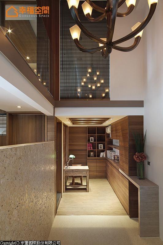 全屋的挑空区位于玄关段落,一入门便感受的高度的大器尺度,与石材半墙隔间透露的敞朗。