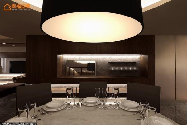 以中式圆桌定义出餐区场景的主要位置,与上方天花板造型与圆形吊灯做出形式呼应。