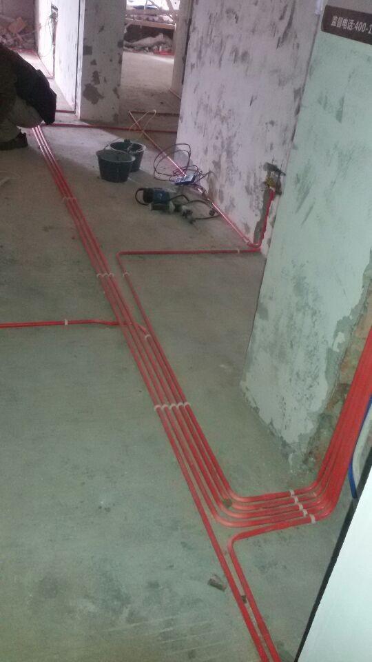 采用的是活线工艺,强电和弱电是分色分管,红色为强电,蓝色为弱电。