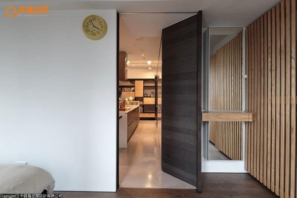 一气呵成的简单节奏,在主卧房内配合使用习惯,将镜柜结合上化妆桌功能,不减整体大方气质。
