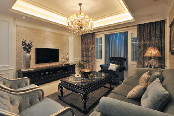 客厅墙面选用了浅灰的白色壁纸,配上爵士白石材,为整体氛围打下清爽的基调,灰色车边装饰镜的加入则使视觉进一步延伸;