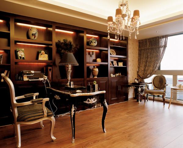 紫禁尚品软装设计书房:组合柜的利用来储物喜爱饰品,让空间更有格调,办公桌简约而又不失高雅的金色边与细工,更加完美的空间