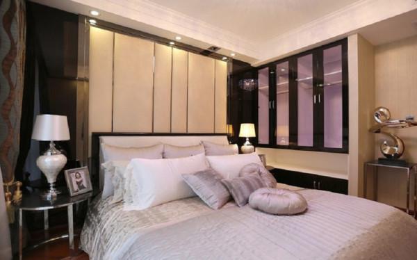 欧式风格的卧室 软包与护墙板结合,搭配浅色壁纸,让空间比例更加和谐,家庭氛围更好。