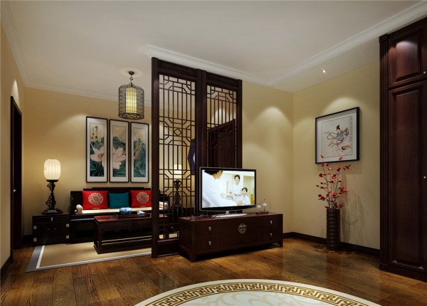镂空隔断把卧室分割为两个独立空间,显得流动不死板。沙发、宫灯、水墨画,一切显得古色古香。一株淡粉色植物给整个空间带来盎然生机。