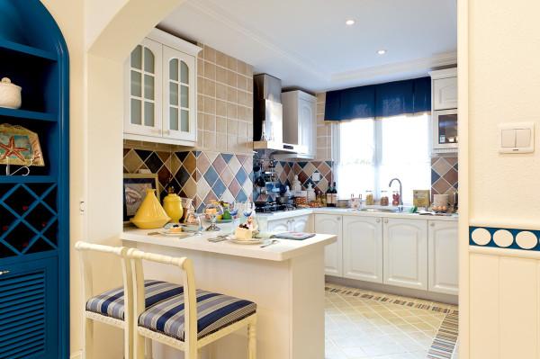 厨房:主以白,蓝为主色调,墙面瓷砖以生活追求为重点的鲜明主线,达成了各种元素交相辉映的精妙融合。