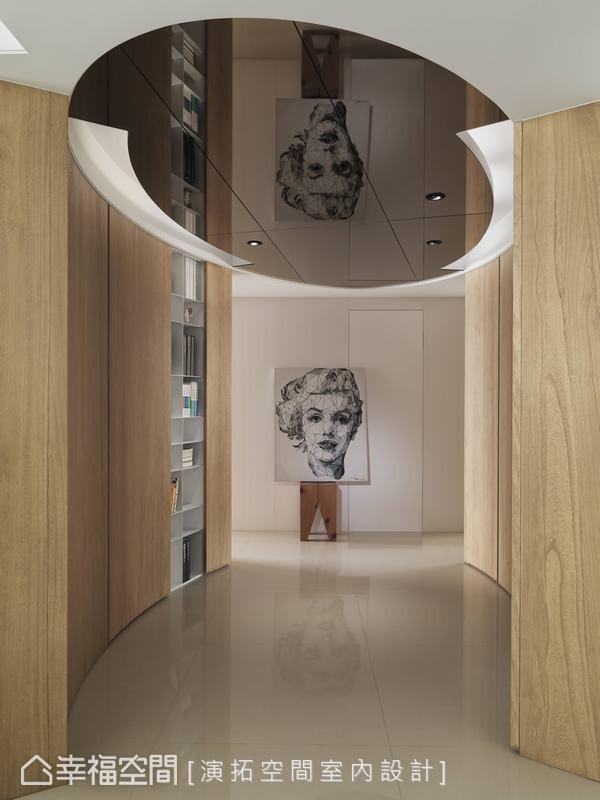 圆弧式的廊道拥有最美的端景,钢刷梧桐木的立面隐藏着家族成员的房间,形塑空间的完整性。