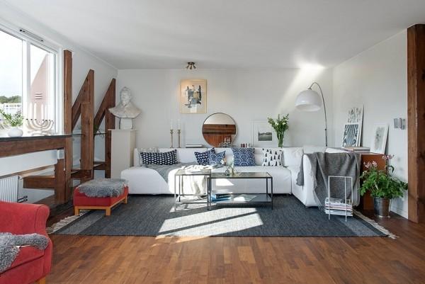 这间顶楼的82平米房子公寓,简单的家具摆设,丝毫没有复杂的设计,可是利用白色辅以木头元素,却好有家的味道,给人清新、温暖的印象;室内的设计相当顺畅自在,即使只有两房,但看起来却一点都不嫌小