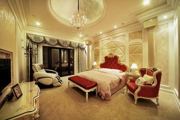 主卧室采用了浅色碎花墙纸和软包,正是传统欧式风格的代表元素,配上欧式的家具,诠释了主人的品位是经过了时间的沉淀
